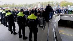De politie voor de hoofdingang van het provinciehuis moet buiten alles in goede banen leiden. (Foto: Bart Meesters)