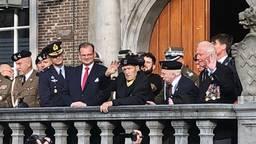 De zeven laatste Poolse veteranen op het bordes van het stadhuis in Breda, vorige maand. (foto: Raoul Cartens)