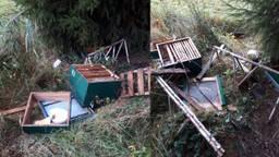 De kapotgeslagen bijenkasten. (Foto's: Frank van Roessel)