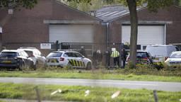Het arrestatieteam en de FIOD vielen maandagmiddag binnen in een woning in Wanroij. (Foto: SK-Media)