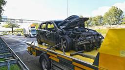 De auto vloog na de botsing in brand. (Foto: Tom van der Put/SQ Vision)