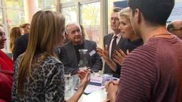 Koningin Maxima in gesprek met Annemarie en Jos over hun schuldenaanpak