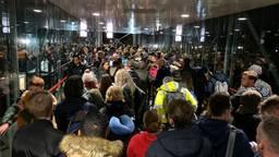 Honderden mensen wachten op de snelbus naar Eindhoven (foto: Jan Peels).
