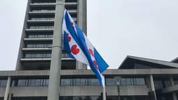 De vlag wappert voor het provinciehuis. (Foto: Linda Koppejan)