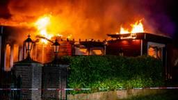 Het chalet ging in vlammen op. (Foto: Christian Traets)