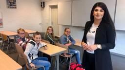 Docente Clara Issa merkt dat de kloof tussen de basisschool en het voortgezet onderwijs vaak groot is.