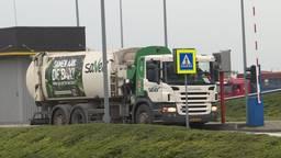 Een vrachtwagen brengt restafval naar de vuilverbranding in Roosendaal, die restwarmte inzet voor kassen in de regio. (foto: Raoul Cartens)