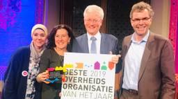 Burgemeester Theo Weterings neemt de award in ontvangst (foto: Agnes van der Straaten)