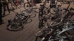 Zo staan en liggen de fietsen er na een avondje stappen bij in Breda (Foto: Ronald Strater).