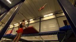 De 18-jarige Milco maakt zich op voor het WK trampolinespringen.