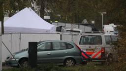 Het woonwagenkamp in Lith werd met hekken afgezet (Foto: Gabor Heeres / SQ Vision)