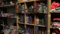 Een kast vol cadeautjes in de loods van Yolanda (foto: Tessel Linders)