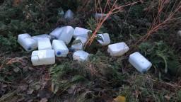 Een boswachter vond de vaten en jerrycans in Woensdrecht. (Foto: Twitter Erik de Jonge)