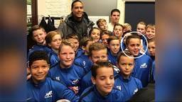 Finn en zijn elftalgenootjes konden wel met Van Dijk op de foto.