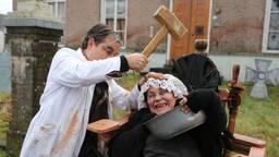 Straattheater met een knipoog en een lach op het Dickensfestijn in Wintelre (foto: Fabian Eijkhout).