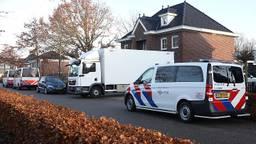 De politie haalde peperdure meubels uit het huis aan de Koolzaadweg in Oss. Foto: SQ Vision.