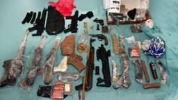 Het gevonden wapenarsenaal (foto: politie Oost-Brabant).