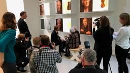 Willem-Alexander praat met twee oud-gevangenen.