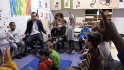 Meneer Maarten geeft les aan zijn kleuters op Basisschool Wandelbos in Tilburg.