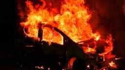 De auto is volledig uitgebrand. (Foto: Rico Vogels / SQ Vision)