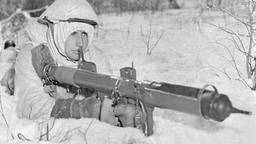 Canadese soldaat met antitankwapen (piat)