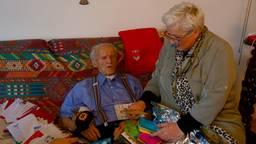 Roman krijgt hulp van Bozena tijdens het lezen van de kaarten en brieven.