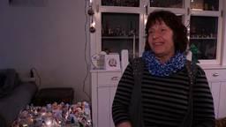 Marion helpt de inwoners van Goirle hun verzameling kersthuisjes compleet te maken. (foto: Tom van den Oetelaar)