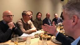 Boeren en PSV-supporters aan tafel.