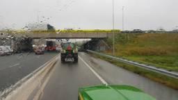 De boeren rijden op de A2 richting Eindhoven Airport.