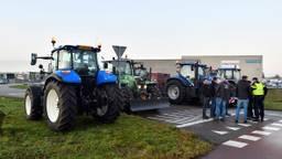 Boeren blokkeren de toegangsweg naar Jumbo in Breda. Foto: Erald van der Aa