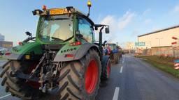 Boeren komen met hun trekkers aan bij ATM in Moerdijk. (Foto: Omroep Brabant)