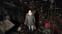 Jessica te midden van de ravage (foto: Omroep Brabant/Collin Beijk).