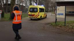 Ambulance onderweg naar het azc Overloon. (Foto: SK-Media)
