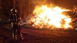 Brandend sloophout in Rijen hield de brandweer uren bezig. (Foto: Jeroen Stuve)