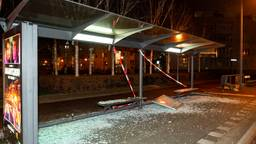 Eén van de vernielde bushokjes in de Hoge Vucht Breda (foto: Marcel van Dorst/SQ Vision Mediaprodukties).