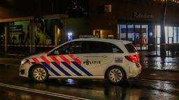 Bij de Rabobank in Helmond onderzoekt de Explosieven Opruimingsdienst Defensie een mogelijk explosief. Foto: Pim Verkoelen
