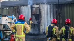 Brandweerlieden nemen de schade op (foto: Pim Verkoelen / SQ Vision Mediaprodukties)