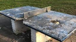 De tafeltennistafel in het speeltuintje moest het ontgelden (foto: gemeente Laarbeek).