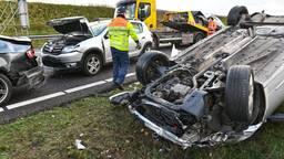 Vier auto's raakten in een kop-staartbotsing (foto: Tom van der Put/SQ Vision)
