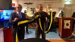 Commandant Adang krijgt de hittewimpel van burgemeester Boelhouwer (foto: Tonnie Vossen)