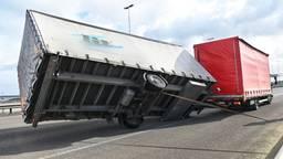 De gekantelde aanhanger op de Moerdijkbrug. (Foto: Tom van der Put/SQ Vision)