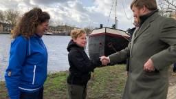 Max van Zon geeft de koning een hand bij de Piushaven (Foto:Tom van den Oetelaar)