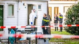 Volop onderzoek na de vondst van de dode vrouw in het vakantiehuisje (foto: Sem van Rijssel/ SQ Vision).