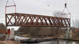 De nieuwe brug werd zaterdagmiddag op zijn plek gehesen vanaf een ponton in het Wilhelminakanaal.