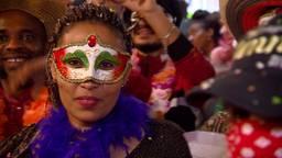 Spontaan carnavalsfeest asielzoekerscentrum Budel