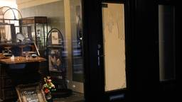 De inbraak bij de juwelier in Oss vond rond vier uur 's nachts plaats. (Foto: Gabor Heeres/SQ Vision)