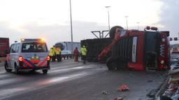 De gekantelde vrachtwagen op de Moerdijkbrug. (Foto: Jeroen Stuve)