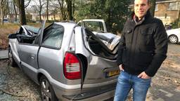 Jan Boonen bij zijn geplette auto (Foto: Imke van de Laar)