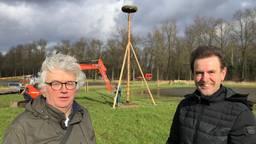 Natuurbeheerder Karel Voets en wethouder Peter van de Wiel voor een ooievaarsnest