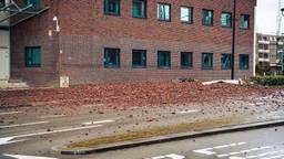 De weg ligt compleet bezaaid met bakstenen (foto: Jack Brekelmans/ Persburo BMS)